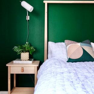 Foto de habitación de invitados escandinava, de tamaño medio, con paredes verdes, moqueta y suelo gris