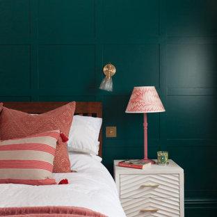 Cette photo montre une chambre chic avec un mur multicolore, un sol en bois foncé et un sol marron.
