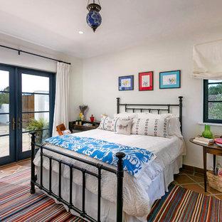 Mittelgroßes Mediterranes Gästezimmer mit weißer Wandfarbe, Terrakottaboden und braunem Boden in San Luis Obispo