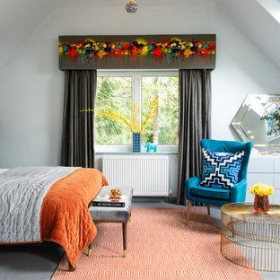 Modelo de dormitorio abovedado, bohemio, con paredes blancas, moqueta y suelo gris