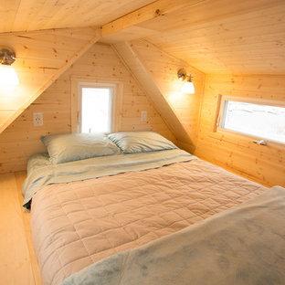 Imagen de dormitorio tipo loft, de estilo americano, pequeño, con paredes marrones, suelo de madera pintada y chimeneas suspendidas