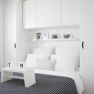 Foto di una camera da letto nordica con pareti bianche