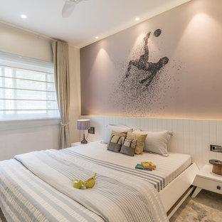 ハイデラバードのコンテンポラリースタイルのおしゃれな寝室 (ベージュの壁、グレーの床)