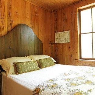 Идея дизайна: спальня в стиле рустика с коричневыми стенами