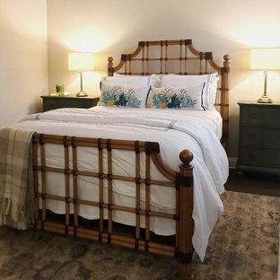 Inspiration för mellanstora klassiska sovrum, med beige väggar, korkgolv och brunt golv
