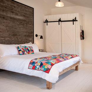 Foto de dormitorio principal, romántico, de tamaño medio, sin chimenea, con paredes blancas, suelo de madera pintada y suelo gris