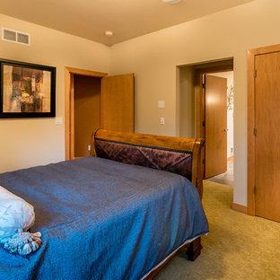 Diseño de dormitorio principal, actual, grande, con paredes multicolor, suelo de madera clara, chimenea de doble cara, marco de chimenea de madera y suelo marrón