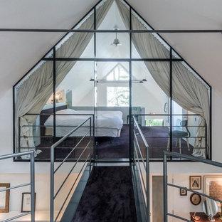Bild på ett funkis sovloft, med vita väggar, heltäckningsmatta och lila golv