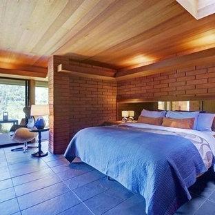 Imagen de dormitorio contemporáneo con suelo de pizarra