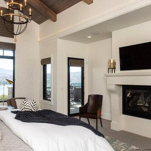 Diseño de dormitorio principal, clásico renovado, grande, con paredes blancas, moqueta, chimenea tradicional, marco de chimenea de hormigón y suelo gris