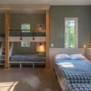 Diseño de habitación de invitados de estilo de casa de campo, grande, con paredes verdes, suelo de cemento y suelo naranja