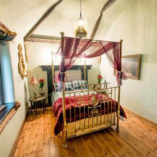 Идея дизайна: большая хозяйская спальня в стиле фьюжн с зелеными стенами и паркетным полом среднего тона