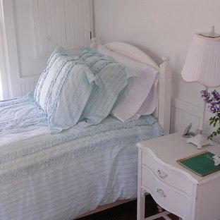 Modelo de dormitorio costero con paredes blancas