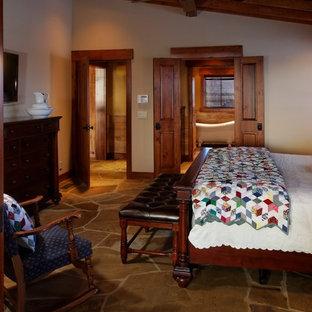 Modelo de dormitorio principal, rural, extra grande, con paredes beige y suelo de pizarra