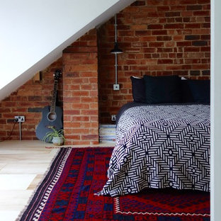 Cette photo montre une chambre d'amis scandinave de taille moyenne avec un mur blanc, un sol en contreplaqué et aucune cheminée.