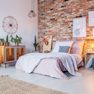 Foto de dormitorio urbano con paredes rojas y suelo blanco