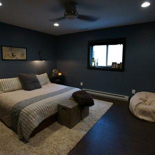 Diseño de dormitorio clásico, de tamaño medio, sin chimenea, con paredes azules y suelo de madera en tonos medios