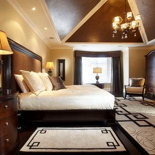 Immagine di una grande camera matrimoniale chic con pareti beige, camino classico, parquet scuro e cornice del camino in legno