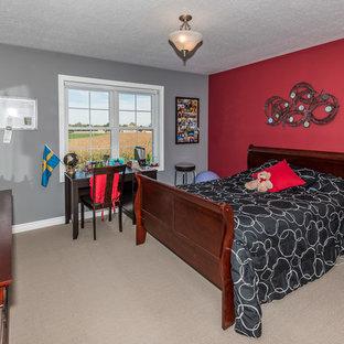 Esempio di una grande camera degli ospiti country con pareti rosse, moquette e nessun camino