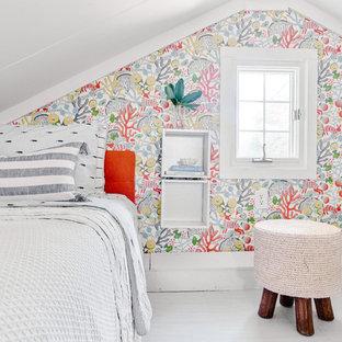 プロビデンスの小さいビーチスタイルのおしゃれな客用寝室 (マルチカラーの壁、ラミネートの床、暖炉なし、白い床) のレイアウト