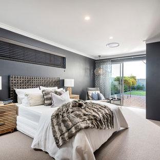 Immagine di una camera matrimoniale stile marinaro con pareti nere, moquette e pavimento beige