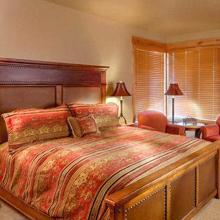 Свежая идея для дизайна: маленькая хозяйская спальня в стиле кантри с бежевыми стенами, ковровым покрытием, камином и фасадом камина из плитки - отличное фото интерьера