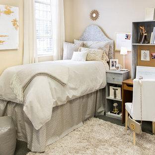 Inspiration för små moderna sovrum, med beige väggar och linoleumgolv