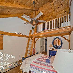 Imagen de dormitorio tipo loft, bohemio, de tamaño medio, con paredes blancas y suelo de madera en tonos medios