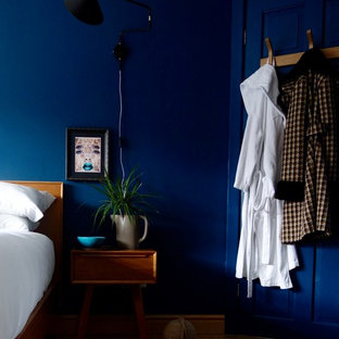 На фото: хозяйская спальня среднего размера в стиле ретро с синими стенами и светлым паркетным полом с
