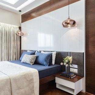Esempio di una camera matrimoniale contemporanea con pareti marroni, parquet scuro e pavimento marrone