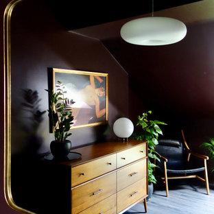 Foto de dormitorio principal, vintage, de tamaño medio, con paredes púrpuras, suelo laminado y suelo marrón