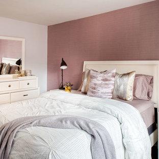 Klassisk inredning av ett sovrum, med lila väggar och mörkt trägolv