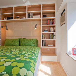 Ejemplo de dormitorio moderno, de tamaño medio, con suelo de bambú