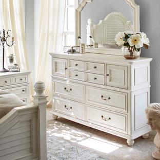 Diseño de dormitorio tipo loft, clásico, de tamaño medio, con paredes azules, moqueta, chimeneas suspendidas y suelo beige