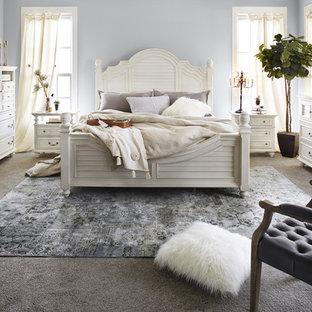 Свежая идея для дизайна: большая хозяйская спальня в классическом стиле с синими стенами, разноцветным полом, ковровым покрытием и подвесным камином - отличное фото интерьера