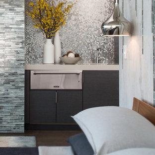 Diseño de dormitorio principal, actual, grande, con suelo de baldosas de porcelana, paredes grises, chimenea lineal y marco de chimenea de piedra