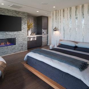 Свежая идея для дизайна: большая хозяйская спальня в современном стиле с разноцветными стенами, темным паркетным полом, горизонтальным камином и фасадом камина из плитки - отличное фото интерьера
