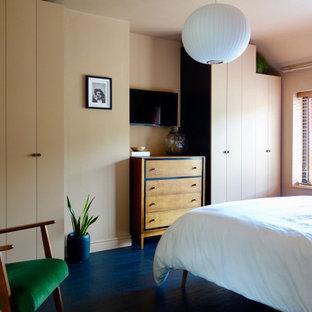 Foto di una camera matrimoniale scandinava di medie dimensioni con pavimento in laminato e pavimento nero