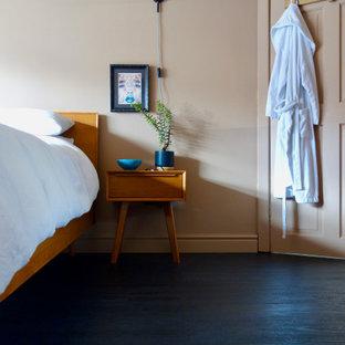 他の地域の中サイズのミッドセンチュリースタイルのおしゃれな主寝室 (ラミネートの床、黒い床)