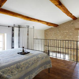 Cette image montre une chambre mansardée ou avec mezzanine rustique.