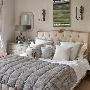 Exempel på ett shabby chic-inspirerat sovrum, med beige väggar och heltäckningsmatta