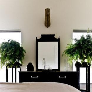 Свежая идея для дизайна: спальня в викторианском стиле с белыми стенами - отличное фото интерьера
