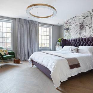 Idéer för mellanstora vintage sovrum, med ljust trägolv, beiget golv och flerfärgade väggar