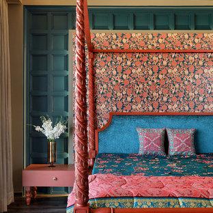 Esempio di una camera matrimoniale etnica con pareti blu, parquet scuro e pavimento grigio