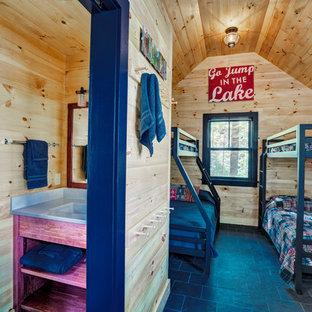 Foto de dormitorio costero con suelo de pizarra y suelo negro