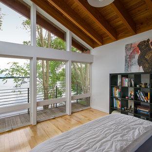 Mittelgroßes Modernes Hauptschlafzimmer mit weißer Wandfarbe, hellem Holzboden und gelbem Boden in Burlington