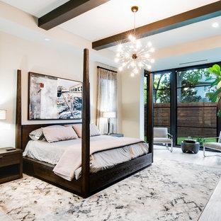 Aménagement d'une chambre parentale contemporaine de taille moyenne avec un mur blanc, un sol en bois clair et aucune cheminée.