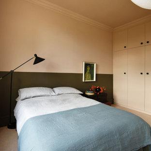 Idéer för stora eklektiska huvudsovrum, med rosa väggar, heltäckningsmatta och rosa golv