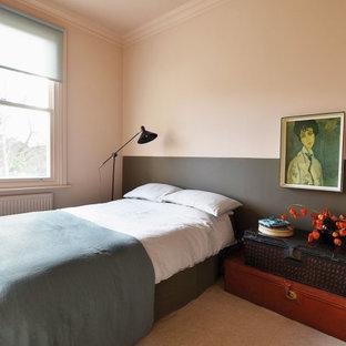Diseño de dormitorio principal, bohemio, grande, con paredes rosas, moqueta y suelo rosa