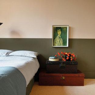 Inspiration för stora eklektiska huvudsovrum, med rosa väggar, heltäckningsmatta och rosa golv